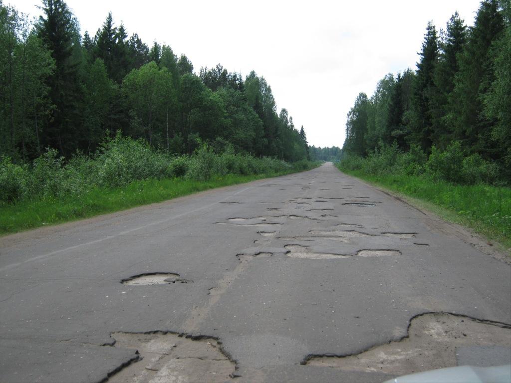 погана дорога, фото розбитого шосе, ями
