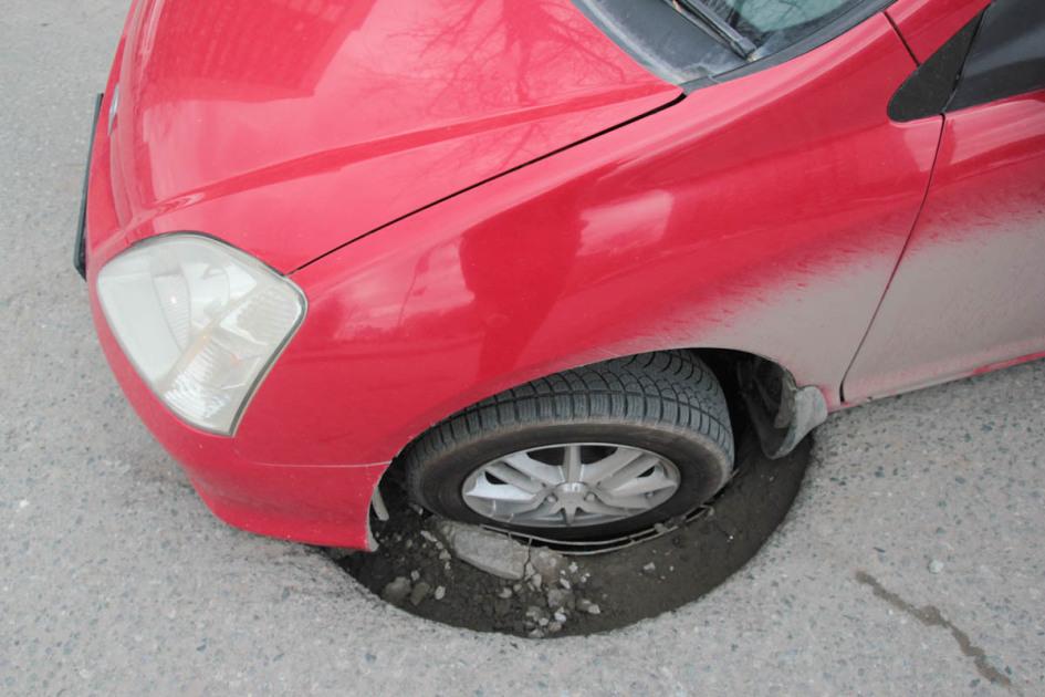 колесом потрапив в люк