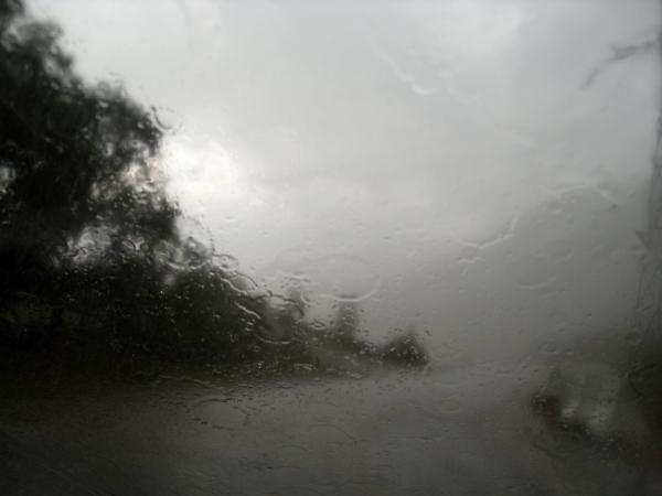 фото як їздити у дощ, дощова погода, мокра, волога дорога