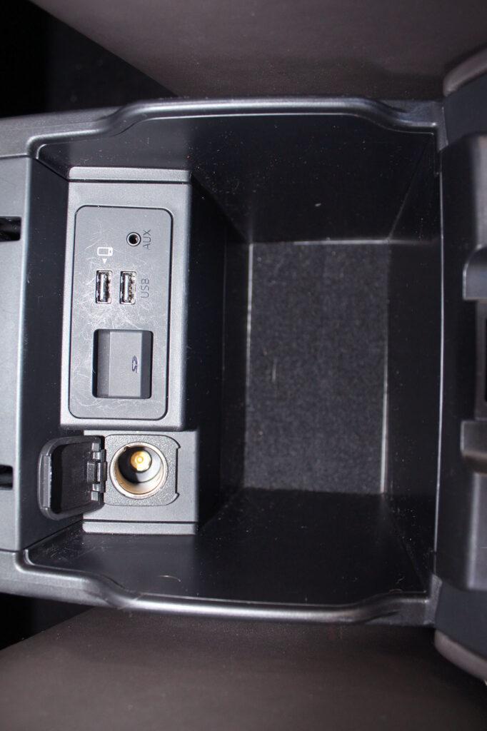 розетка на 12 В, SD-слот, USB- та AUX-вхід на Mazda 6