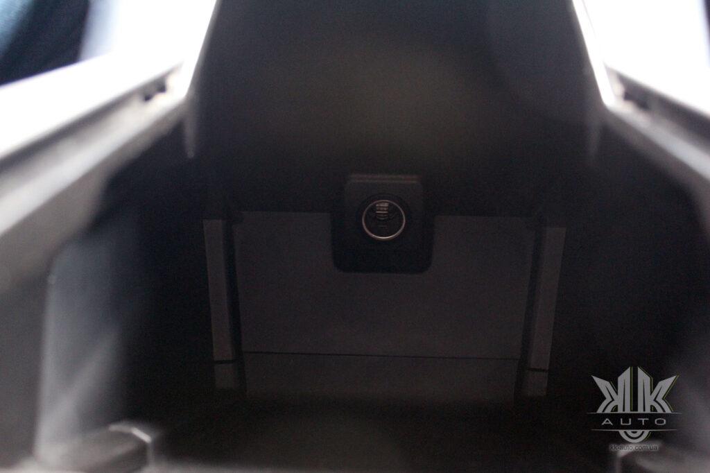 розетка в боксі центрального тунелю Peugeot Rifter