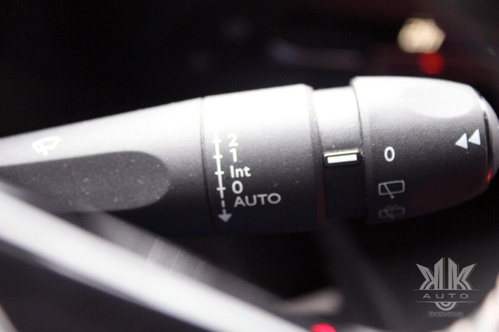 Тест-драйв Peugeot Rifter, датчик дощу, склоочисники і омивач скла