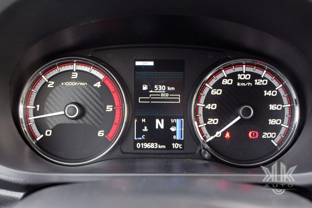Тест-драйв Mitsubishi L200, панель приладів