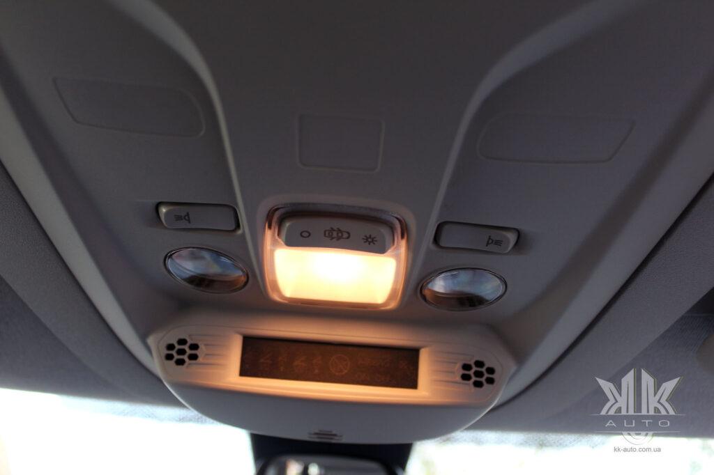 Тест-драйв Peugeot Rifter, плафон освітлення