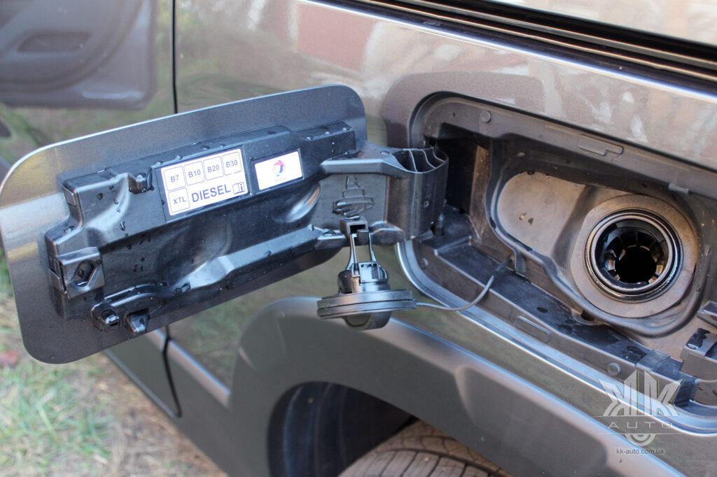 Тест-драйв Peugeot Rifter, лючок бака