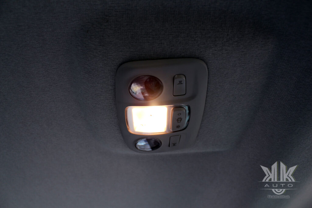 Тест-драйв Peugeot Rifter, лампи освітлення салону