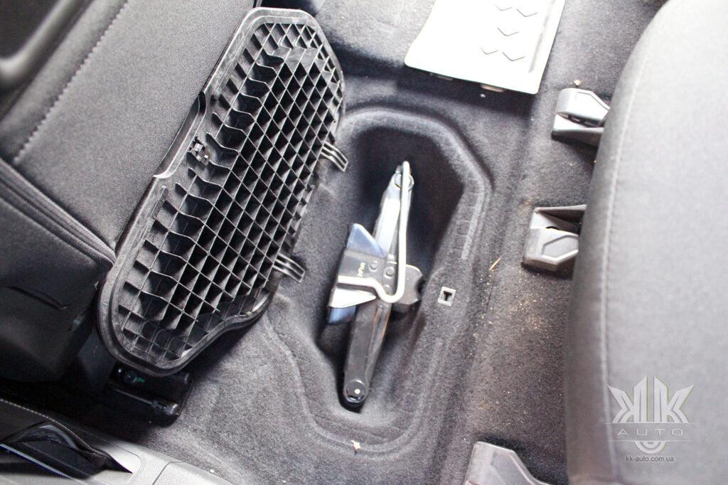 Тест-драйв Peugeot Rifter, домкрат механічний