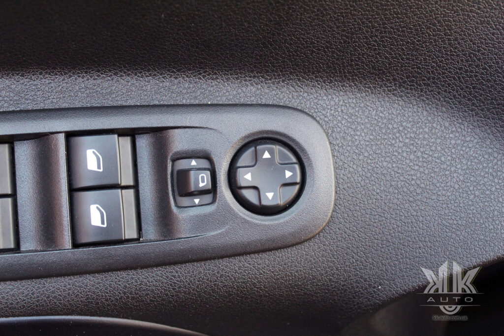 Тест-драйв Peugeot Rifter, електропривід дзеркалець