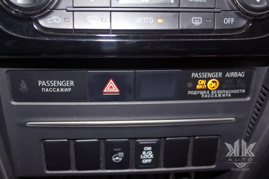 Тест-драйв Mitsubishi L200, аварійна світлова сигналізація