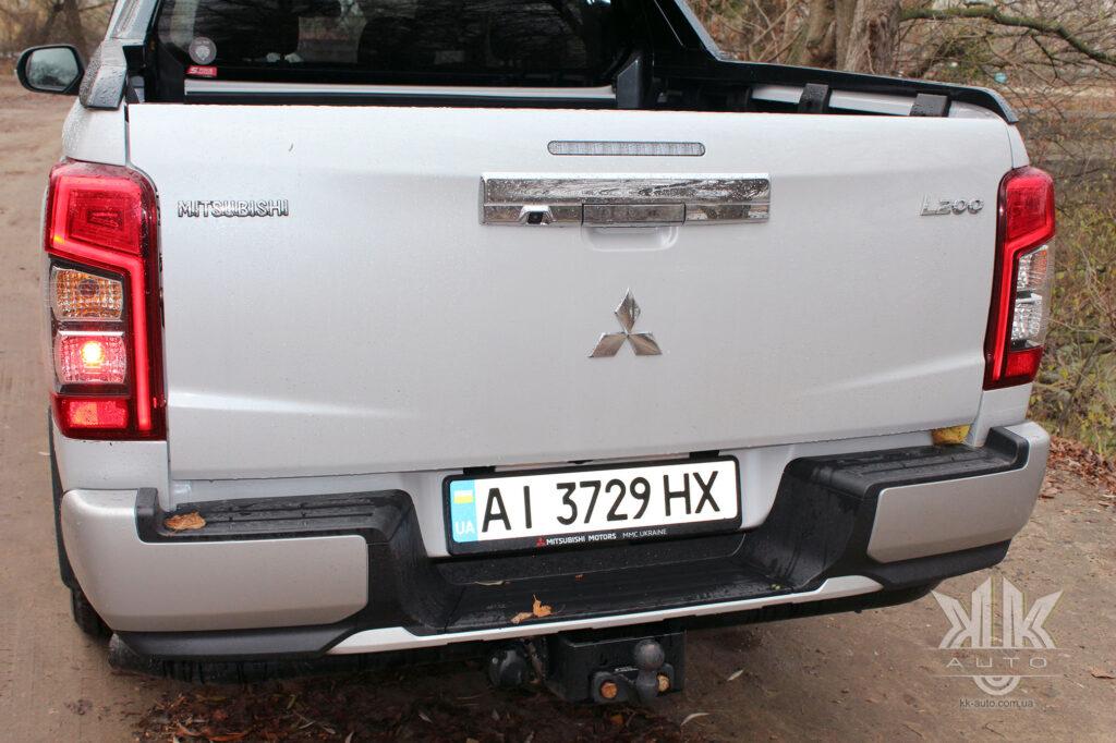 Тест-драйв Mitsubishi L200, задній протитуманний ліхтар