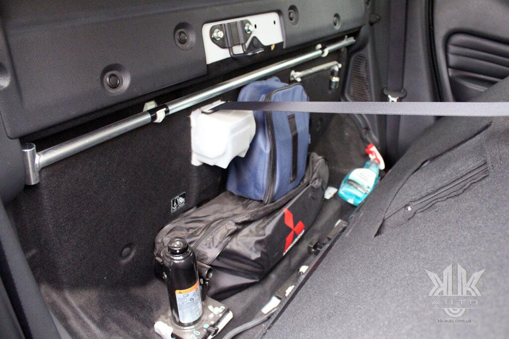 Тест-драйв Mitsubishi L200, балонний ключ і гідравлічний домкрат