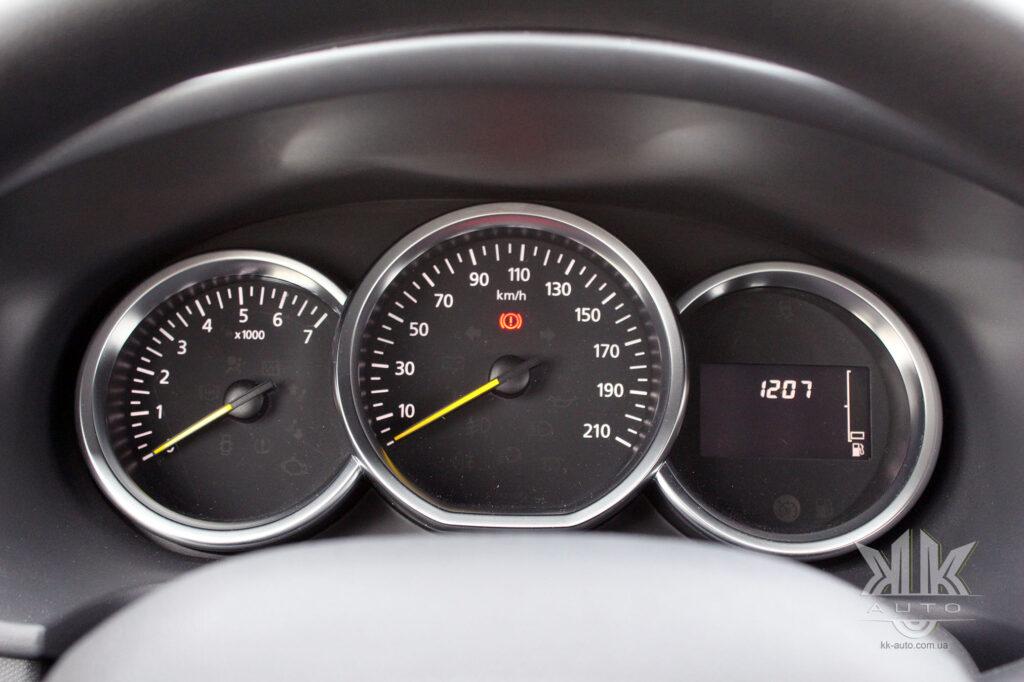 Тест-драйв Renault Logan, панель приладів