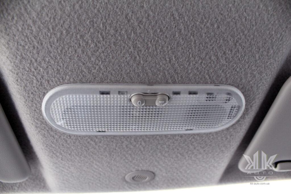 Тест-драйв Renault Logan, плафон освітлення