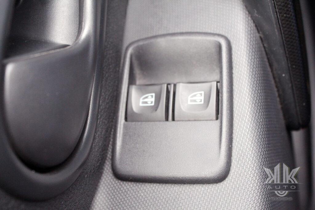 Тест-драйв Renault Logan, електросклопідйомники