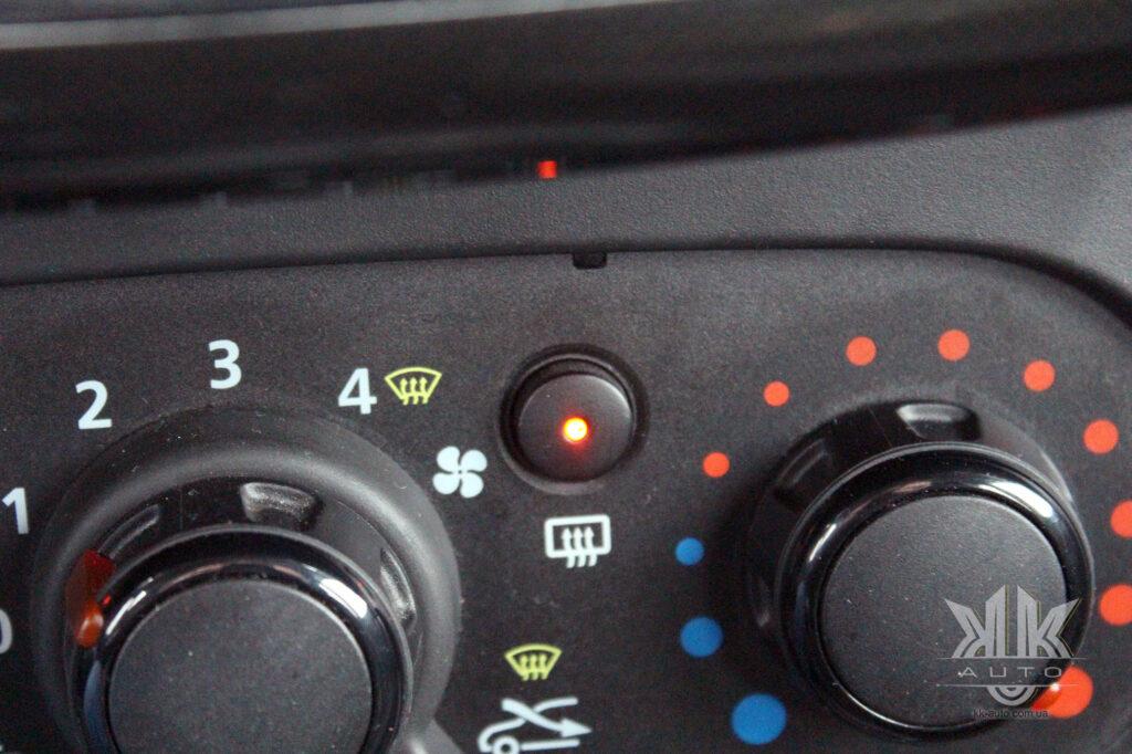 Тест-драйв Renault Logan, обігрів заднього скла