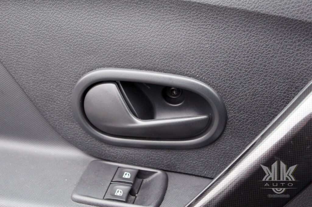 Тест-драйв Renault Logan, ручка дверей