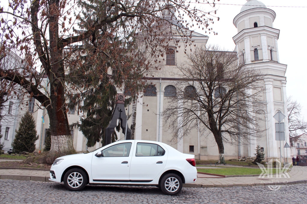 Тест-драйв Renault Logan, костел