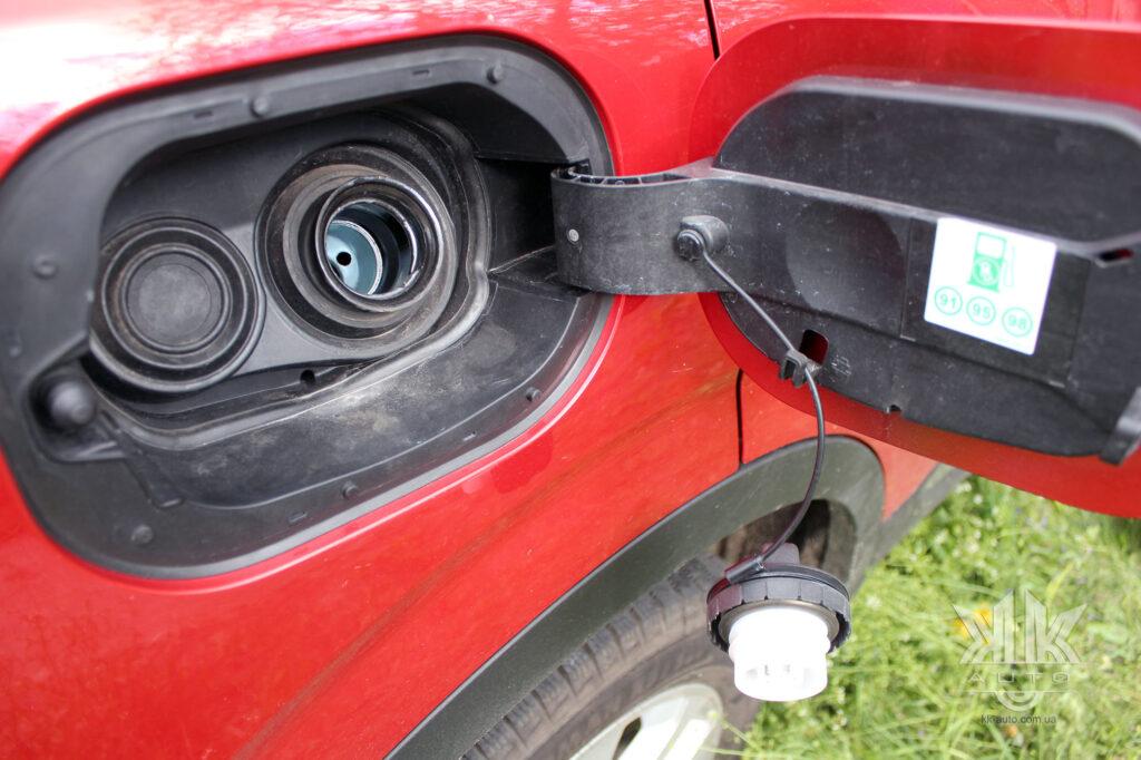 Тест-драйв Renault Kadjar, горловина бака